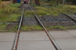 Stillgelegter Bahnübergang am Bahnhof Mirow