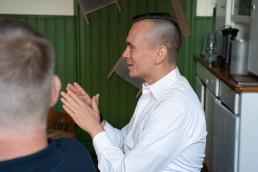 Johanes Arlt im Gespräch mit Genossen