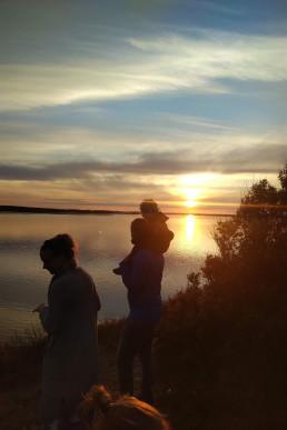 Mutter und Vater und Kind beim Sonnenuntergang