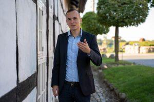 Johannes Arlt vor Fachwerkhaus
